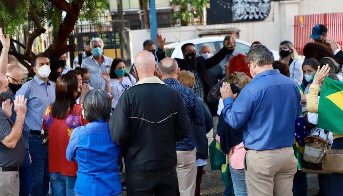 Manifestantes rezam em frente à Câmara, contrários ao Conselho LGBTQIA+. Foto: Phill Natal