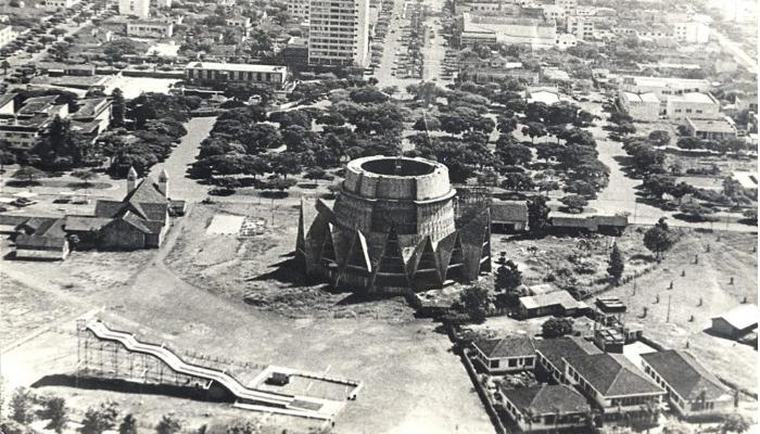 Tobogã na praça da Catedral de Maringá